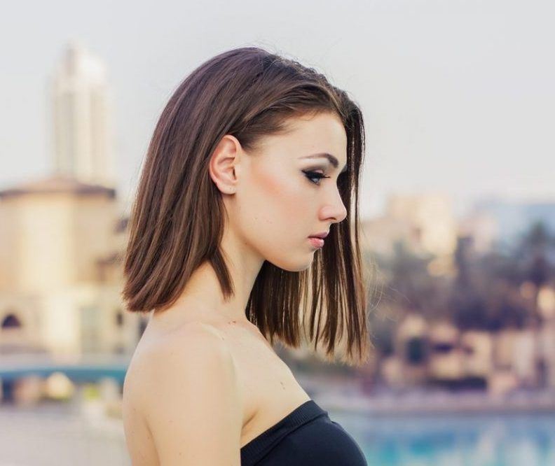 brunette woman with blunt lob haircut best summer haircuts for warm weather toppik hair blog